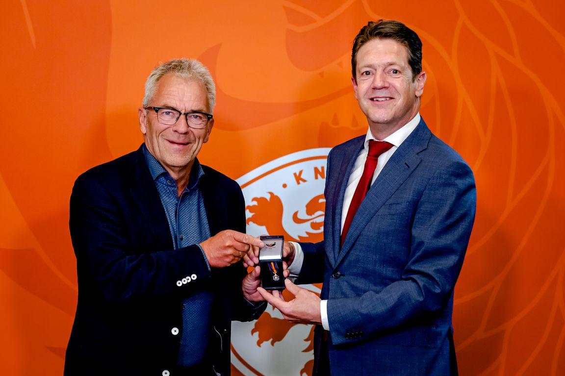 KNVB benoemt afzwaaiend directeur Gudde tot bondsridder