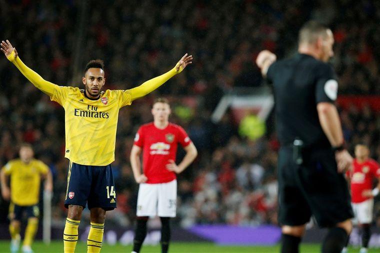 Arsenal bezorgt ManU historisch slechte start ondanks beauty en arbitrale flater