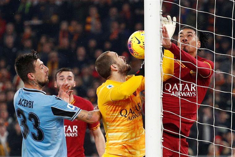 Lazio ontsnapt in Romeinse derby dankzij merkwaardige blunder